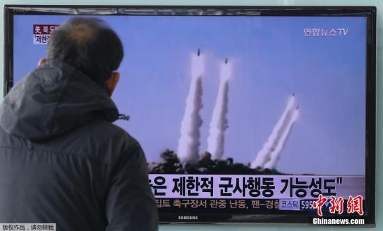 资料图:韩国民众在观看朝鲜发射短程导弹的电视新闻。