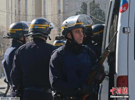 当地时间2015年2月9日,法国马赛,法国警察处于高度戒备状态。法国马赛一名枪手持枪向空中开枪,未造成人员伤亡。当天,法国总理瓦尔斯原定到访马赛,警方目前已经加强安保。
