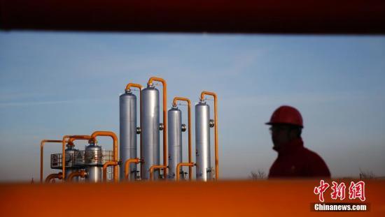 陕西榆林,中石油长庆榆林气田榆林天然气处理厂,一位工人从管道间经过。从集气站来的天然气在这里得到优化处理。承担着榆林气田南区天然气净化、污水处理、甲醛回收再利用等任务,还肩负着榆林气田、子洲气田天然气外输及苏里格气田、靖边气田部分天然气转输的任务,是长庆气区向华北地区以及北京输送天然气的枢纽和咽喉。 中新社发 刘关关 摄