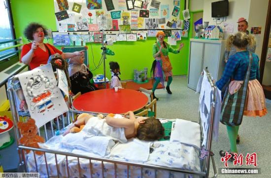 2015年2月12日消息,比利时布鲁塞尔,布鲁塞尔自由大学伊拉斯谟斯(Erasme)教学医院的儿科部门为患病儿童提供音乐家和小丑演出,帮助孩子应对住院造成的压力和恐惧。