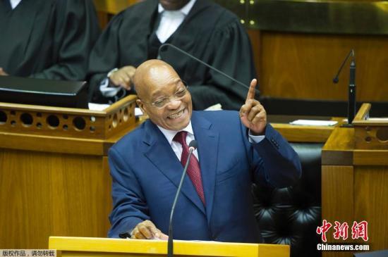 当地时间2月12日,南非开普敦,南非总统祖玛在议会发表国情咨文,在演说期间,遭到反对党经济自由战士党议员打断,引发骚乱。图为南非总统祖玛正在发表国情咨文。