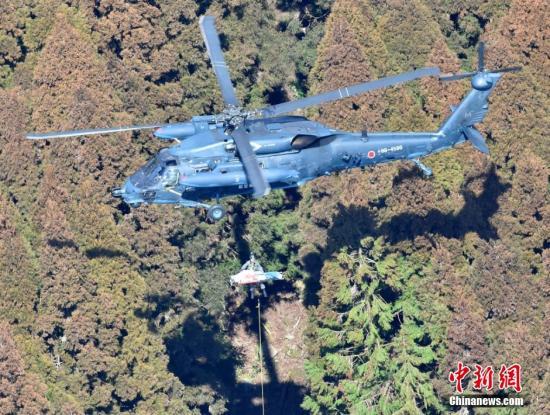 日本自卫队直升机未经许可横过跑道 险与客机相撞