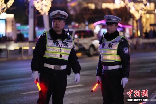 2月18日除夕之夜,上海公安机关调派5万多名现有警力坚守第一线,深入上海各乡镇、街道社区,实施巡查检查,应对处理各类突发事件,依法查处非法销售、燃放烟花爆竹等行为,确保上海市民度过平稳有序的除夕夜。张亨伟 摄
