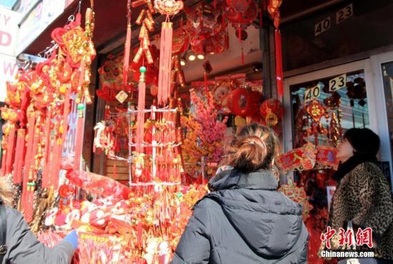 原料图片:纽约华埠年味渐浓,当地华人忙着置办年货,一些经营年货的商埠营业兴隆。中新社发 阮煜琳 摄