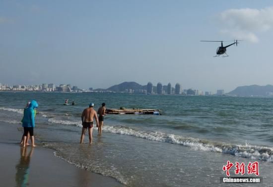 资料图:游客在三亚海湾游玩。中新社发 杜洋 摄