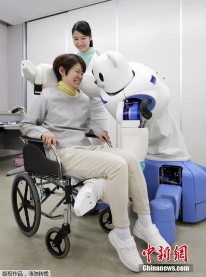 """2月23日,在日本名古屋,为缓解出生率低以及人口老龄化带来的社会养老压力,日本理化学研究所等近日研制出""""保姆机器熊"""",能将行动不便的老弱病人从轮椅上抱起并转移到床上或者浴室。"""