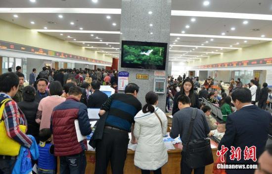 2015年2月25日,厦门行政服务中心办理户籍窗口人满为患,市民抢着新政实施之前落户。 图片来源:CFP视觉中国