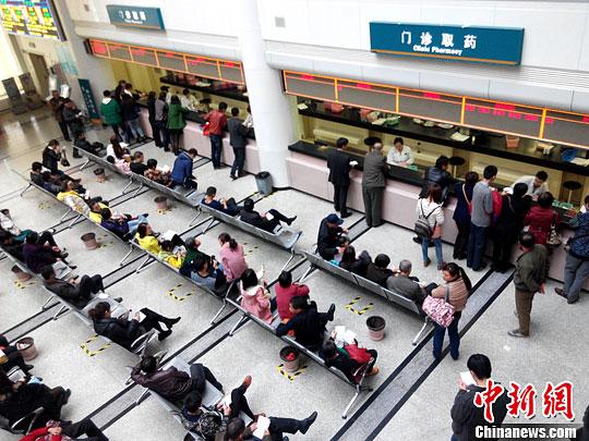 材料图片:祸州市平易近正在病院等待支付药品。a target='_blank' href='http://www.chinanews.com/'种孤社/a收 张斌 摄