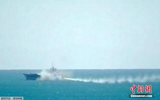 资料图:当地时间2015年2月25日,伊朗南部霍尔木兹海峡,伊朗革命卫队于霍尔木兹海峡举行军事演习。