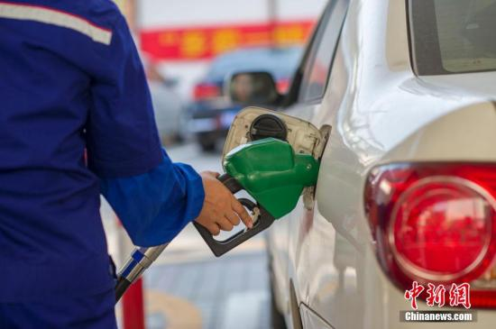 2月27日,国家发改委宣布将上调国内成品油价格,汽柴油从2月27日24时开始每吨上调390元和375元,折合成90号汽油和0号柴油每升分别上涨0.29元和0.32元,全国平均来看,92号汽油每升上涨0.31元,95号汽油每升上涨0.32元。<a target='_blank' href='../../../index.html'>中新社</a>发 骆云飞 摄