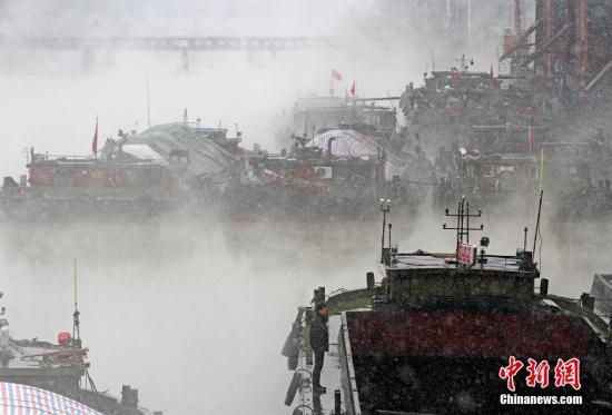 2015年2月28日,江苏省淮安市,受雨雪低气温影响,京杭大运河上雾霭升腾,宛如仙境。<a target='_blank' href='http://www.chinanews.com/'></table>中新社</a>发 周长国 摄 图片来源:CNSPHOTO