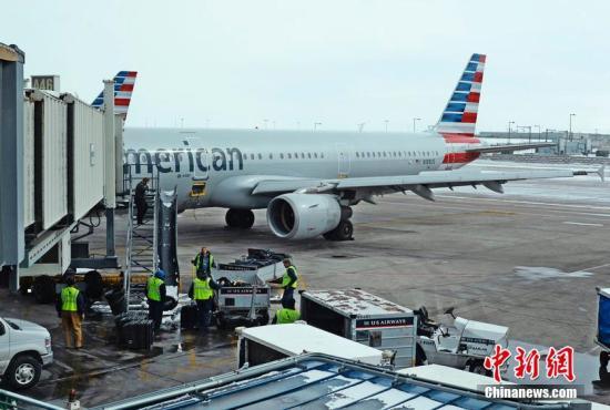 当地时间2015年3月4日,美国丹佛,美国航空公司的一架空客A321的驾驶舱内冒烟,机内乘客被疏散。飞机停靠在丹佛国际机场内。 图片来源:CFP视觉中国