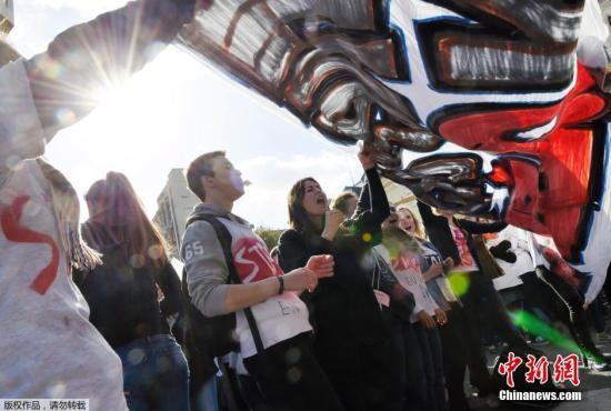 资料图:当地时间2015年3月5日,法国巴黎,数百学生和教师在教育部外举行示威活动,抗议大学面临的财政危机,要求政府给出解决措施。