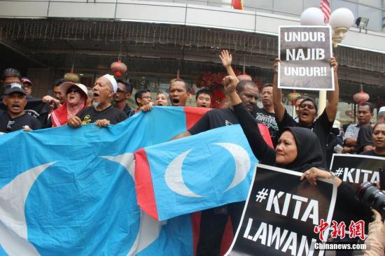 资料图:2015年3月7日,马来西亚反对党在吉隆坡举行抗议集会,要求释放早前因鸡奸罪被判入狱的反对党著名领袖安瓦尔。<a target='_blank' href='http://www.chinanews.com/'>中新社</a>发 赵胜玉 摄