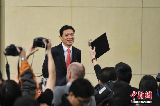 资料图 李彦宏被记者包围。 发 张浪 摄