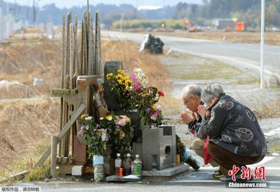 当地时间3月11日,是日本3.11大海啸四周年纪念日,日本各地民众为四年前在海啸中遇难的亲友祈祷和哀悼。2011年3月11日,日本发生大地震引发海啸,灾难夺走1.9万多人的生命,数以万计的人无家可归,经济损失难以估计。图为福岛核电站附近的Namie镇,当地居民为遇难者祈祷。