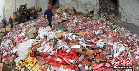 资料图:销毁伪劣香烟。 <a target='_blank' href='http://www.chinanews.com/'>中新社</a>发 牛书培 摄 图片来源:CNSPHOTO
