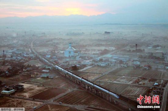 """当地时间3月14日,日本,日本北陆新干线""""长野-金泽""""延伸段开通,该区段采用由东日本铁路公司(JR东日本)与西日本铁路公司(JR西日本)共同研发的新型列车。新车型采用传感器监测车辆的振动,并配备电动油压设备加以控制。JR东日本公司方面就乘坐感受打比方称""""就像一根竖起的香烟不会倒下来那样稳""""。在速度方面,新列车启动10分钟内可达到最高时速260公里。 图为北陆新干线""""长野-金泽""""段上,新型列车正在向东京方向行驶。"""