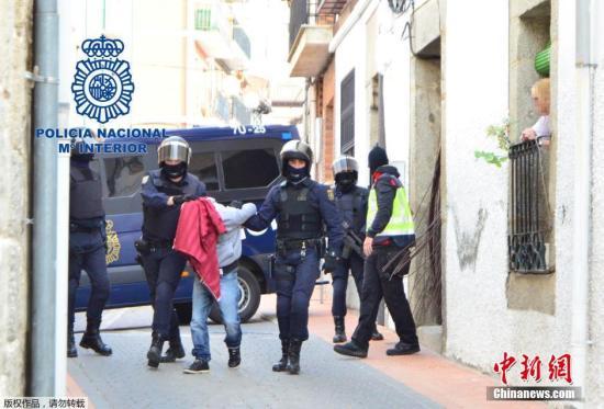 资料图:西班牙警方逮捕一名嫌疑人。