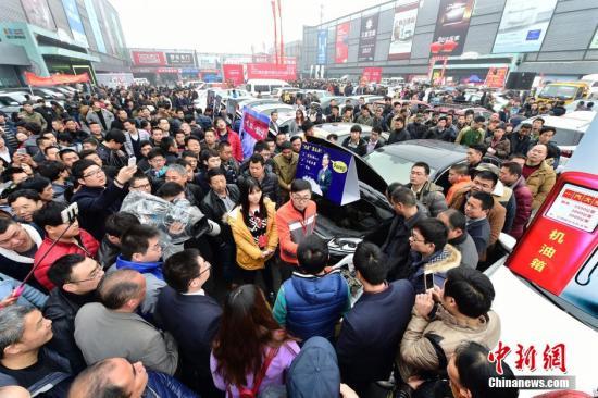 """3月15日,國際消費者權益日,由浙江杭州多家主流媒體聯手主辦的""""2015中國(杭州)問題車展""""再度舉行。來自全省各地的數百名車主攜100多輛不同品牌、各類問題的車輛現場展示、投訴,共同向汽車生產廠家和銷售商討要說法,維護消費者權益。這也是浙江杭州主流媒體連續第四年在""""3.15""""國際消費者權益日舉辦""""問題車展""""。中新社發 李忠 攝 圖片來源:CNSPHOTO"""