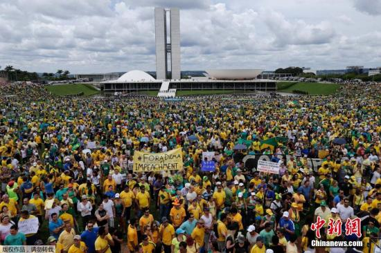 资料图:当地时间2015年3月15日,巴西多地民众举行大规模反政府示威活动,要求弹劾总统罗塞夫,抗议国家济增长停滞及巴西石油公司腐败。 图为在巴西首都巴西利亚,数量众多的示威者将国会大楼包围。