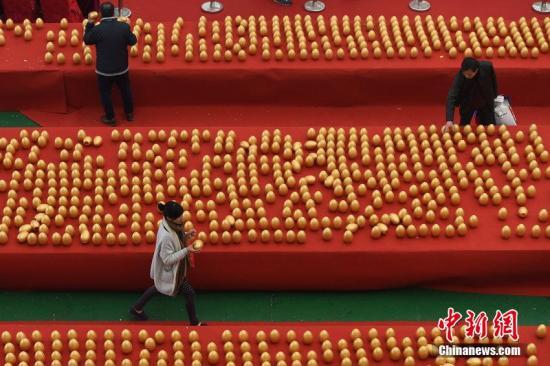 资料图: 市民砸金蛋。图片来源:CFP视觉中国