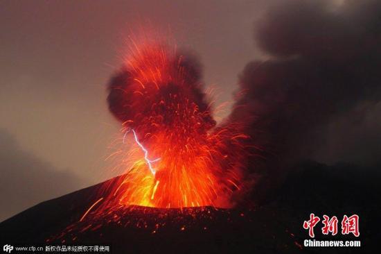 2015年3月16日消息,日本九州岛,德国摄影师马克·斯格瑞特捕捉到罕见的火山闪电现象和爆炸性冲击波席卷天空的壮观景象。 图片来源:CFP视觉中国