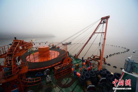 3月16日,目前中国国内单根长度最长(38公里)、电压等级为110千伏的交流光电复合海底电缆成功登陆洋山岛。/p中新社发 姚峰 摄