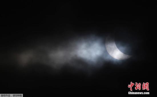资料图片:日全食出现,太阳瞬间失去光芒。