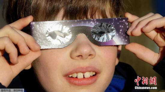 """当地时间2015年3月20日,欧洲多国出现日食现象。欧洲于20日迎接全球2015年唯一一次日全食以及""""超级月亮""""两大天文现象。图为德国民众在观看日食。"""