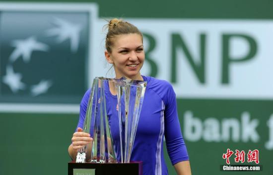 当地时间3月22日, 美国加州印第安维尔斯,年轻的罗马尼亚网球选手哈勒普以2比1的比分击败塞尔维亚选手扬科维奇,夺得2015年ATP大师赛印第安维尔斯网球公开赛女子单打冠军。 <a target='_blank' href='http://www.chinanews.com/'>中新社</a>发 毛建军 摄