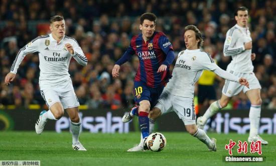 资料图:西班牙国家德比赛场,梅西带球突破克罗斯和莫德里奇的包夹。