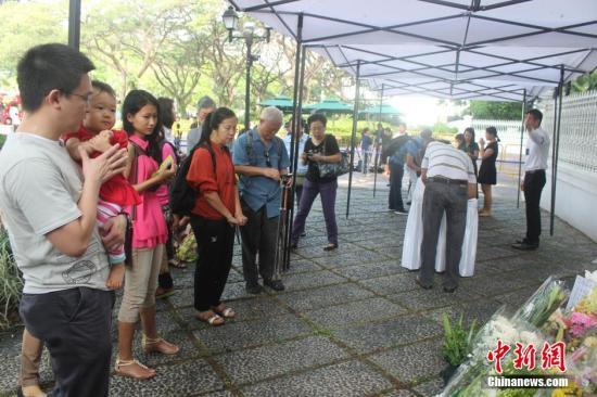 李光耀灵柩移新加坡国会大厦 总统府外站满民众