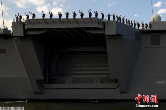 """当地时间3月25日,日本海上自卫队最大舰艇""""出云""""号护卫舰正式服役。据日本媒体报道称,""""出云""""号驱逐舰全长248米,超过日本海上自卫队现役最大舰艇""""日向""""号护卫舰51米,可同时起驾5架直升机。其舰载机以监视、警戒潜艇为主要任务,数量由5架增至9架。"""