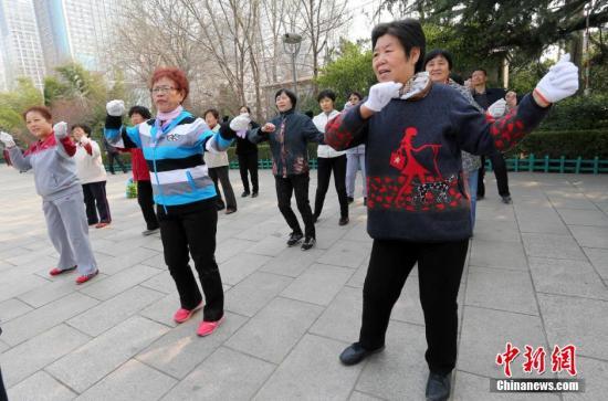 资料图:中国社区大妈们正在学跳官方版《小苹果》广场舞。发 张驰 摄 图片来源:CNSPHOTO