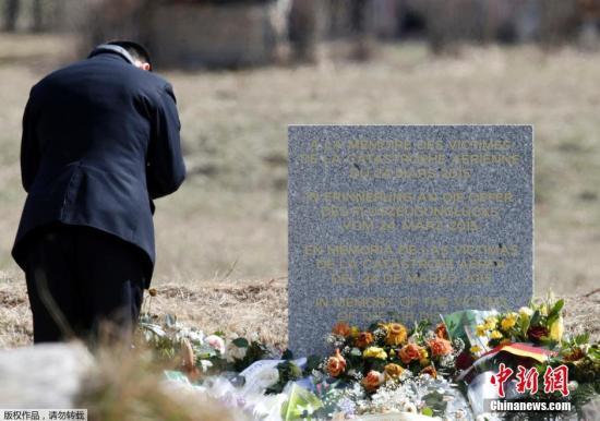 资料图:法国勒韦尔内,法国救援人员悼念德国之翼空难遇难者。