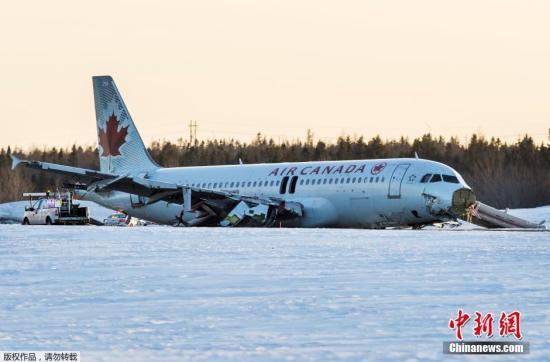 资料图:当地时间2015年3月29日,加拿大航空公司一架航班在该国东部城市哈利法克斯机场降落时冲出跑道,导致25人受伤。