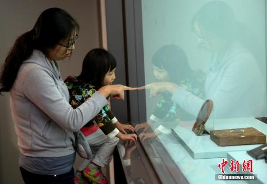 """4月1日,民众在台北故宫博物院内欣赏""""皇帝的镜子――清宫镜鉴文化与典藏""""。展览从院方收藏的约400面镜子中精选出70余件大小不一的古镜,分三个单元展出,呈现了清宫皇帝收藏的汉代至明代古镜近两千年的发展历史。3月31日起,台北故宫连续推出""""十指春风――缂绣与绘画的花鸟世界""""、""""毫素风采――明末清初的女性绘画""""等三个特展。<a target='_blank' href='http://www-chinanews-com.zl0086.com/'>中新社</a>发 陈小愿 摄"""