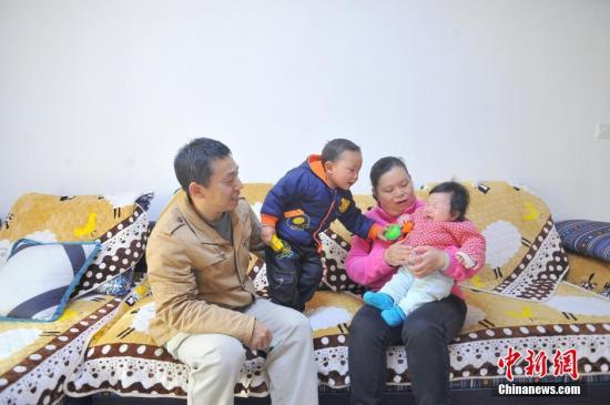资料图:二孩家庭。李传平 摄