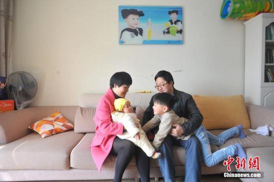 爸爸:张虎,35岁;妈妈:简亚玲,32岁;老大:张鼎承(男),7岁;老二:简翊葳(女),6个月。 李传平 摄