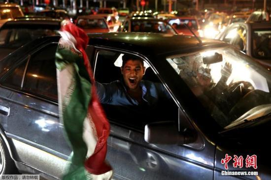 当地时间2015年4月2日,伊朗德黑兰,伊朗人涌入街头狂欢,庆祝伊朗核谈判达成框架性协议。