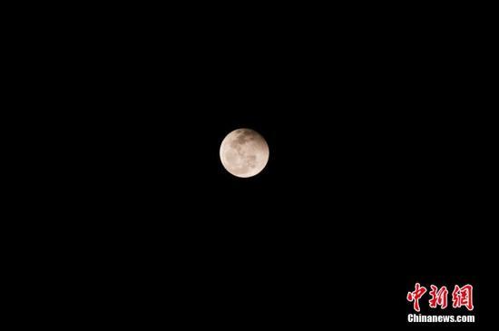 千百年来只一面对着地球 谁给月球自转踩了刹车?