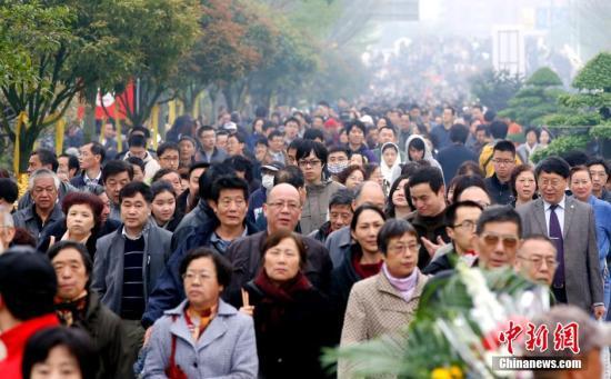 资料图:2015年4月5日,上海周边墓区迎来扫墓大客流。随着民众观念的不断改变,文明祭扫已成常态。<a target='_blank' href='http://www.chinanews.com/'>中新社</a>发 汤彦俊 摄