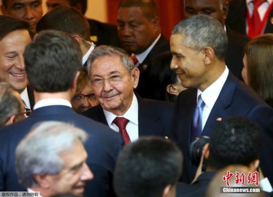 2015年4月10日,美洲峰会在巴拿马正式揭幕,美国总统奥巴马与古巴总统劳尔·卡斯特罗互致问候并握手。