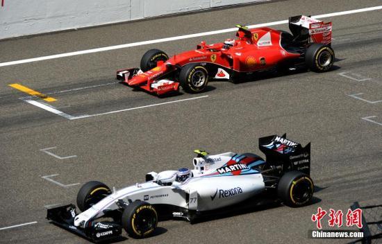 4月12日,世界一级方程式赛车(F1)锦标赛在上海赛车场举行,梅赛德斯AMG车队的英国车手路易斯・汉密尔顿夺得冠军。图为法拉利车队的芬兰车手基米・莱科宁(红车)在比赛中。/p中新社发 侯宇 摄