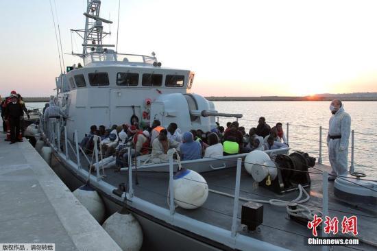 资料图:前往欧洲的北非移民。