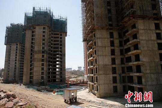 4月15日,中国国家统计局发布数据,今年一季度中国经济同比增长7.0%,增速比去年第四季度回落0.3个百分点。图为2015年3月,昆明新区的新建楼盘。<a target='_blank' href='http://www.chinanews.com/'>中新社</a>发 张浩 摄