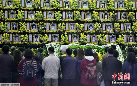 """2015年4月16日,韩国安山,""""世越号""""沉船事端一周年,民众前往留念大厅吊唁罹难者。"""