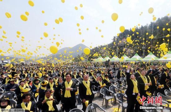 """当地时间2015年4月16日,韩国珍岛,""""世越号""""沉船事件一周年,韩国民多放飞黄色气球悼念逝者。"""