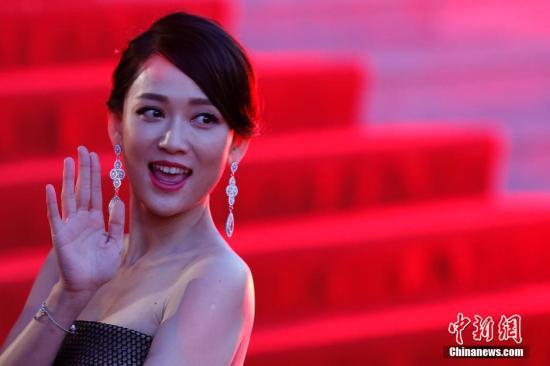 4月16日,第五届北京国际电影节开幕式盛大举行,不少电影剧组率队亮相红毯,而正在北京秘密拍摄新片的陈乔恩也应邀出席,值得一提的是,乔恩此次带着自己的两部电影新作满载而来,分别是刚刚上映的《我是女王》和即将公映的《至少还有你》,她特别选择了多套不同款式的礼物亮相红毯,成为媒体关注的焦点。据悉,除了此次电影节的开幕式,陈乔恩还将带着另一部神秘作品亮相之后的闭幕式,让人备受期待。图为陈乔恩出席开幕红毯仪式。 <a target='_blank' href='http://www.torvenius.com/'>中新社</a>发 韩海丹 摄